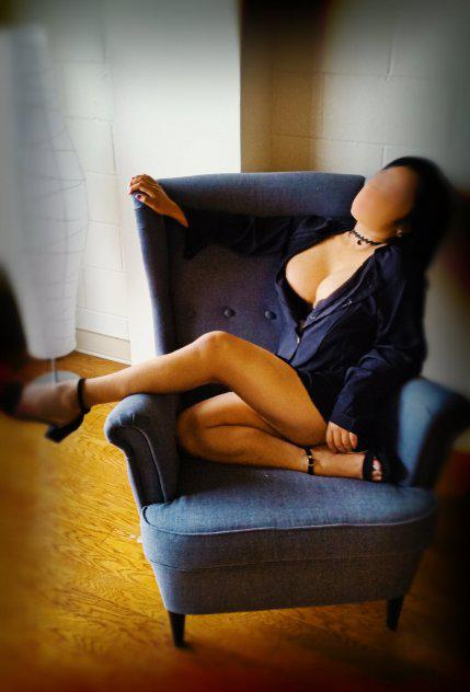 Tiny, Young, 4'10 Girl That Knows How To Treat You Right! Come see me!
