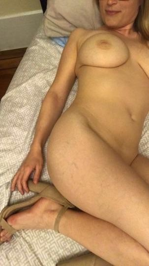 >> Married Mom <<< Alone In Home >>> Looking For ****